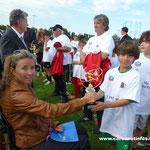 Karine Grimaldi récompense un jeune participant