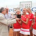 Jean Gachassin remet le trophée à la Russie