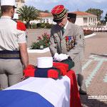 Le général De Saint Chamas épingle la médaille d'or de la Défense nationale