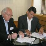 Jean Valère Geronimi, président d'U Marinu et Pierre-André Giovannini, directeur régional de la SNCM signant un partenariat.