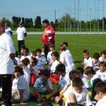 Les 300 U11 assis sur la pelouse de Lucciana