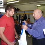 Victor Serafini fondateur du rugby à Bastia et une délégation d'anciens joueurs ont remis leur maillot aux joueurs bastiiais