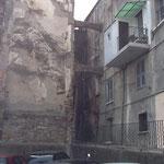 Immeuble avec arche promis à démolition et remplacé par 1 parking