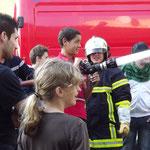 Les lances en action, pour des élèves transformés en pompiers le temps d'un exercice