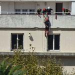 Les sapeurs pompiers descendent la façade la mairie en rappel