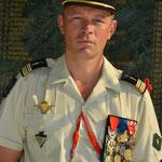 Le colonel Desmeulles devant le Memorial.