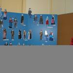 Les figurines portant le costume traditionnel de leur région et un mannequin revêtu d'un costume corse