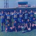 Christian Graziani (accroupis à droite), aujourd'hui entraîneur du FBIR, a soulevé la coupe de Corse en tant que joueur avec le FAIR