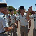 Le colonel Plessy salue une dernière fois les officiers