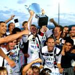 Thierry Ricco, capitaine du FCC brandissant la coupe de Corse, c'était la saison dernière