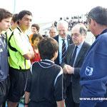 Le président de la FFF congratule les jeunes arbitres