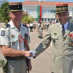 Le colonel Desmeullessalué par le général