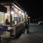onderweg midden in de nacht etens kraampjes