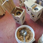 Het vullen van de binnen PET fles met beuken zaagsel-water mengsel