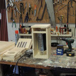 De werkplaats met het gereedschap en de vuren houten planken