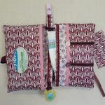 Unterwegs-Windeltasche: 25cm laminierte Baumwolle,  25cm Baumwolle, Schrägbande, Borte, Knöpfe