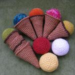 Kinderküche Eisset: Baumwollgarn Sandy oder ähnliches, Häkelnadel Stärke 2,5-3, Wollreste Effektgarne, Füllwatte