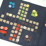 Mitnehmspiel: 30cm Jeansstoff, farbiges Klettband, Knöpfe