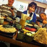 これから吹くのにこんなに食べるのかよー!(笑) 左はゴンタさんこと上村さんの普通盛りです