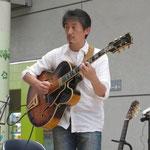ギターのアキヤマさん100620