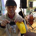 オオタケさんのプレゼントに喜ぶウエノアキラ氏