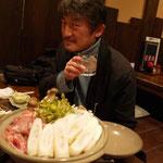 きりたんぽ鍋と2ショットを決めるアキヤマエイイチ氏