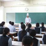 調理師養成科佐々木科長から調理師の仕事について説明があります