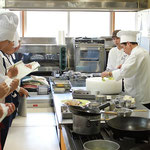 調理師範では説明を交えながら手際よく料理が完成します