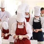 調理師養成科予選通過者による桂剥き競技