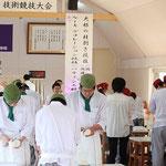 調理科3年課程の予選通過者による桂剥き競技