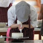2種類の形のクリームを均一に絞り、ケーキを飾ります