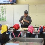 日本料理専門調理師の園田先生が飾り切りを披露(蓮根の桂剥き)