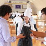 RKK「10年後のあなたへ」の取材を受ける調理師養成科の吉住優さん