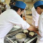米粉入りの特製パイ生地で、グラタン皿にふたをします。