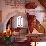 Chor mit Taufstein und Kanzel