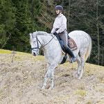 Wäre der Abhang etwas steiler dürfte die Reiterin noch etwas entlastender sitzen. Foto: www.cavallo.de