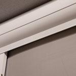 Fassadenmarkise Zipline mit Reißverschlussystem bei Alucolor in Wien, Detail Kasten