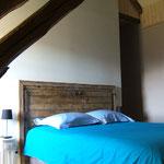 Tête de lit avec une vieille porte en châtaignier