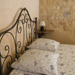 Grand lit de la chambre Mimosa