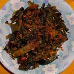 セロリの葉とナス皮の炒め物