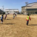 グラウンドいっぱいに広がってサッカー教室もにぎやかに。