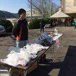 今回は防災を考えてほしいと、東温市危機管理課の皆さんが非常食などを配布してくれました。