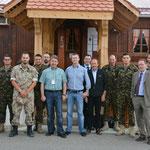 Zu Besuch im Camp von Prizren (rechts aussen Major Thomas Mathis aus Oberrickenbach)
