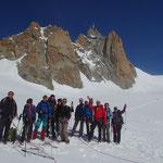 La belle équipe à la pause devant l'Aiguille du Midi
