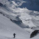 Gilles skie les belles pentes raides qui surplombent les lacs Jovet