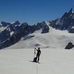 Pause sur le Glacier, sur fond de Dent du Géant