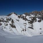 Le tour d'horizon du guide : de gauche à droite, Pointe Droite, Corne au Taureau, Pas au Taureau, Golette et Pointe de la Golette et Dents Blanches Occidentales