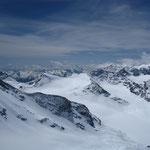 Le glacier du Baounet, la Pointe des Lauses et, au-delà, Rocciamelone, le Viso et les Ecrins cachés par les nuages.
