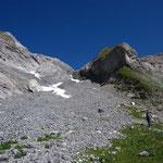 On remonte les éboulis du front du glacier du Ruan