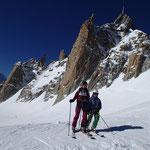 Skis aux pieds, devant l'Aiguille du Midi